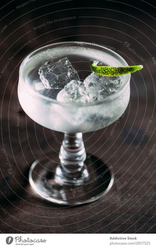 Kalt-Likörbecher mit Kalkscheibe Eis Cocktail Glas trinken Soda Hintergrundbild Tasse kalt Wasser nass liquide Alkohol Saft Würfel weiß Getränk Erfrischung