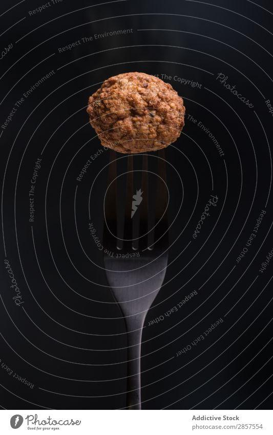 Gabel mit leckerer Frikadelle isoliert Ball Rindfleisch Nahaufnahme Essen zubereiten Fressen Lebensmittel Feinschmecker gebastelt Zutaten vereinzelt Italienisch