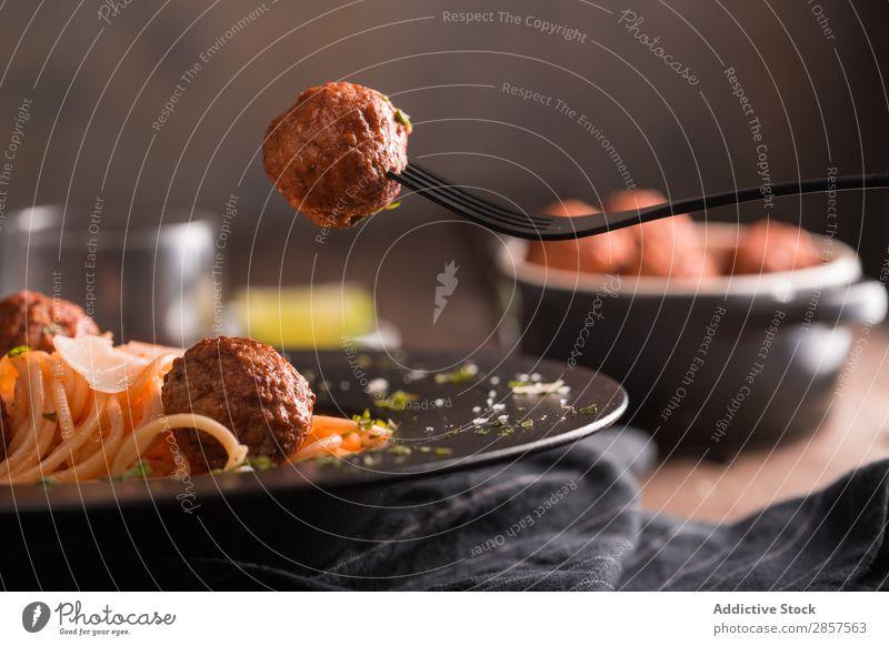 Spaghetti mit Fleischbällchen und Tomatensauce Ball Rindfleisch Käse Essen zubereiten lecker Speise Fressen Lebensmittel Feinschmecker gebastelt Zutaten