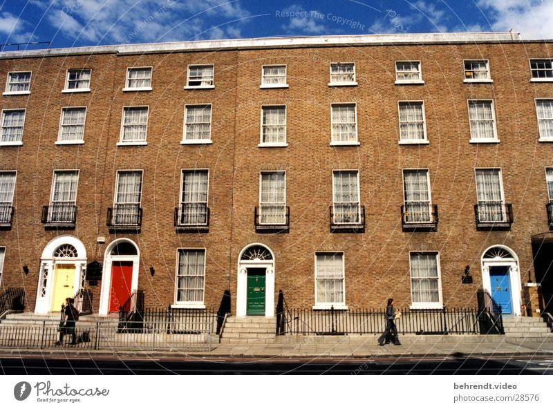 Häuserfront in Dublin grün blau rot Haus gelb Fenster Stein Gebäude Architektur Tür Backstein Republik Irland Vorderseite Türrahmen Backsteinhaus