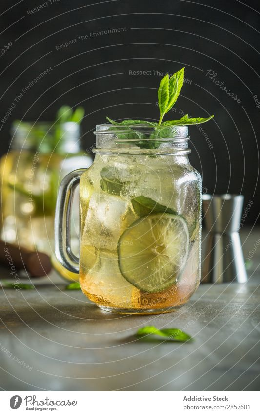 Mojito im Maurerglas auf Grunge-Tisch Alkohol Barmann Barkeeper Getränk Cocktail trinken Lebensmittel frisch Garnierung Gin Glas Saft Zitrone Limone Minze