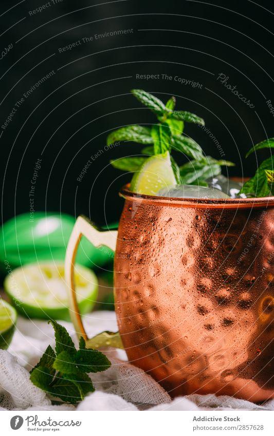 Moskauer Maultier Alkohol Bar Getränk Cocktail kalt Kondenswasser Kupfer trinken frisch Frost Ingwer Ingwerbier Eis Limone Becher Muli Vodka Holz