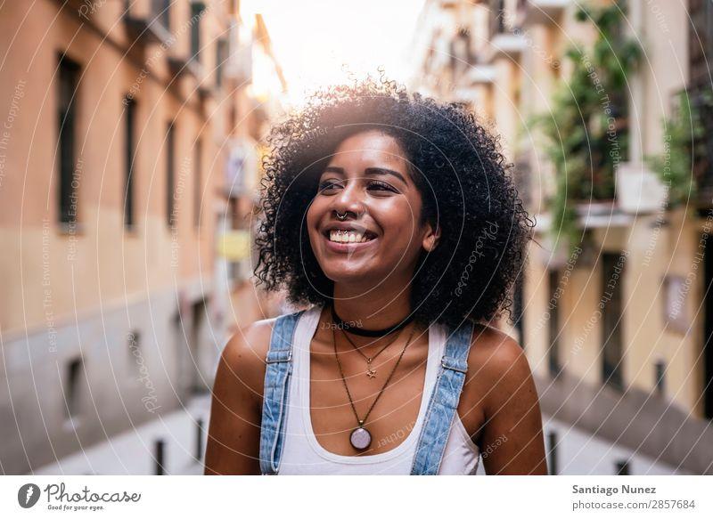 Porträt einer schönen schwarzen Frau. Afrikanisch Afro-Look Mensch Großstadt Jugendliche Mädchen Amerikaner Lächeln Glück Mode Erwachsene lässig genießen Blick
