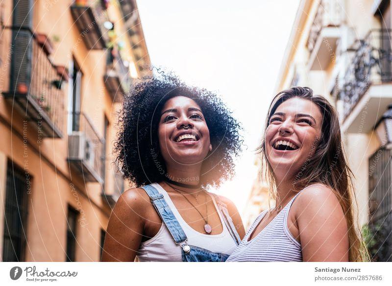 Schöne Frauen haben Spaß auf der Straße. Freundschaft Jugendliche Glück Sommer Porträt Mensch Freude