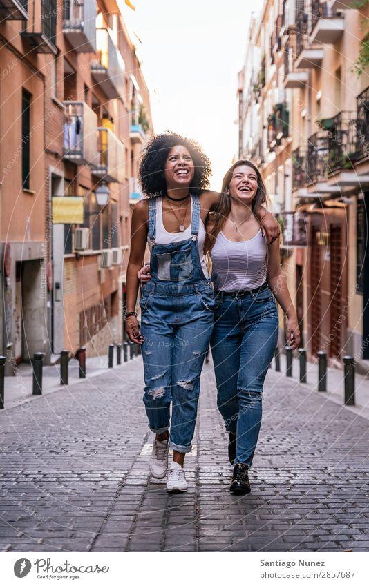 Schöne Frauen haben Spaß auf der Straße. Freundschaft Afro-Look Jugendliche Glück Sommer Mensch Freude Lächeln laufen Mädchen hübsch schön 2 Zusammensein Paar