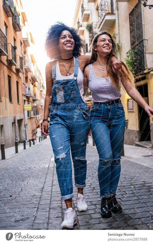 Schöne Frauen haben Spaß auf der Straße. Freundschaft Jugendliche Glück Sommer Mensch Freude Lächeln laufen Mädchen hübsch schön 2 Zusammensein Paar