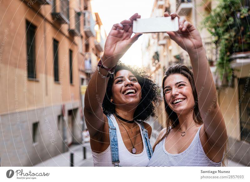 Wunderschöne Frauen, die ein Selbstporträt auf der Straße machen. Freundschaft Jugendliche Glück Sommer Mensch Freude Mobile PDA Telefon Solarzelle Fotografie