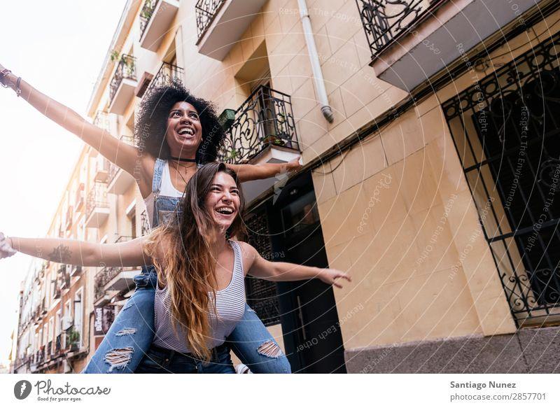 Schöne Frauen haben Spaß auf der Straße. Freundschaft Jugendliche Afro-Look Glück Lächeln Sommer Mensch
