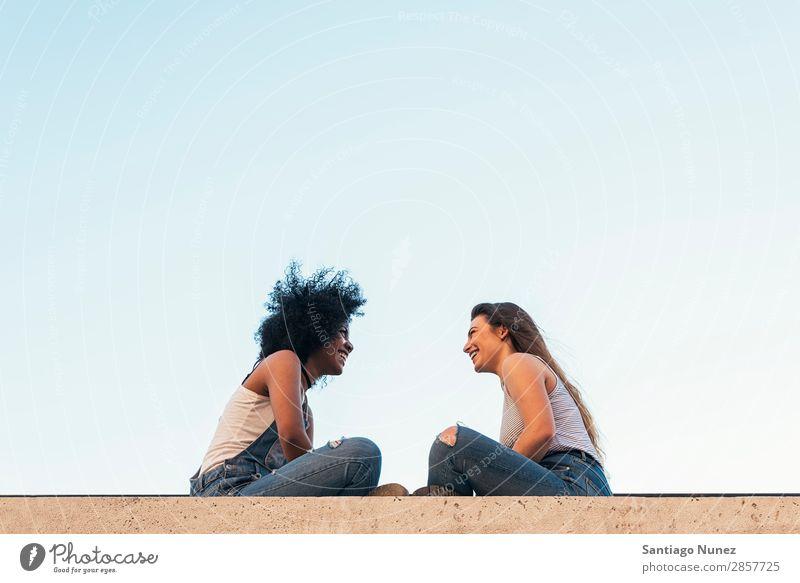 Schöne Frauen chatten auf der Straße. Freundschaft Jugendliche Glück Sprechen plaudernd Sommer Mensch Freude sitzen Erwachsene Mädchen hübsch schön 2 Paar