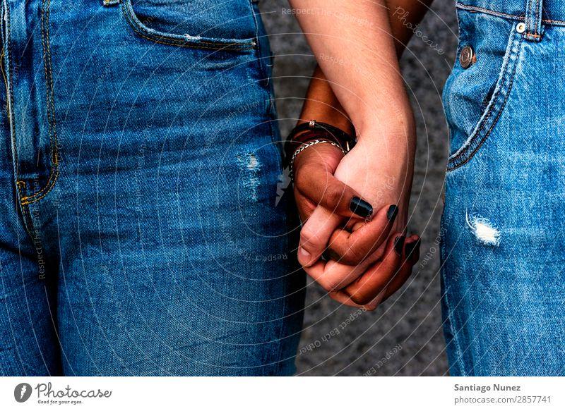Nahaufnahme der Hände verschiedener Rassen. Frau Freundschaft Jugendliche Homosexualität Partnerschaft Glück Sommer Mensch Freude Hand Rassismus Erwachsene