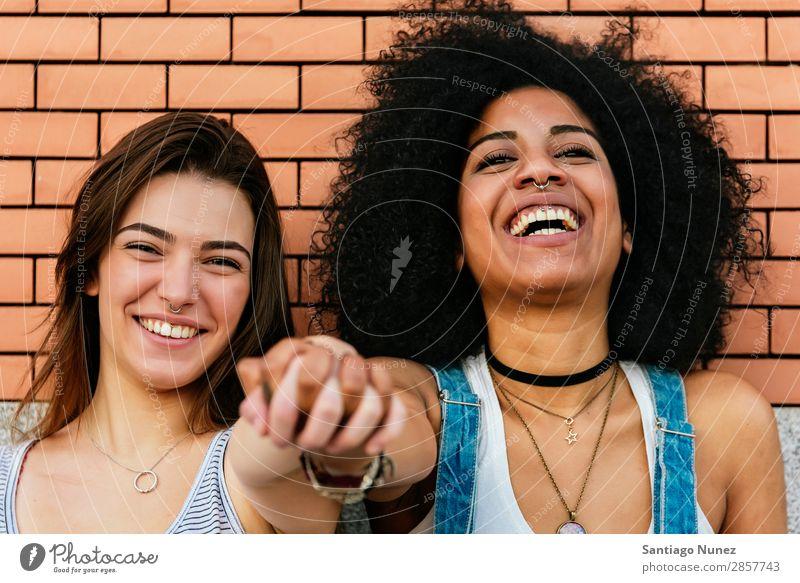 Schöne Frauen haben Spaß auf der Straße. Freundschaft Jugendliche Glück Sommer Porträt Partnerschaft Mensch Freude Lächeln Hand Rassismus Mädchen hübsch schön 2
