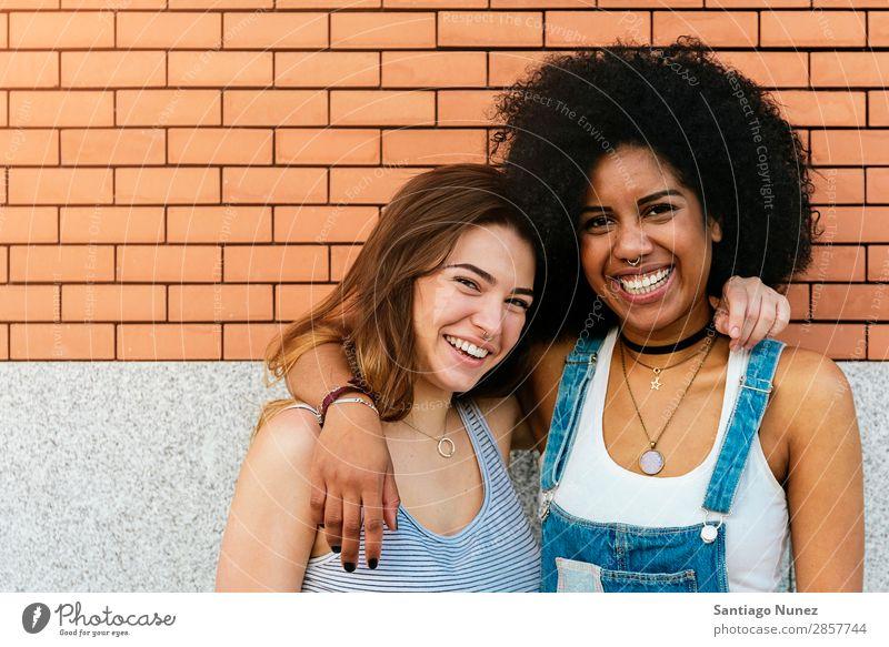 Porträt einer schönen schwarzen Frau auf der Straße. Freundschaft Jugendliche Glück Sommer Mensch Freude