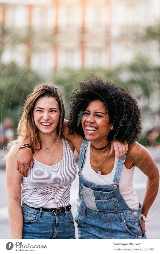 Schöne Frauen haben Spaß auf der Straße. Freundschaft Jugendliche Glück Sommer Porträt Mensch Freude Lächeln laufen Rassismus Erwachsene Mädchen Paar