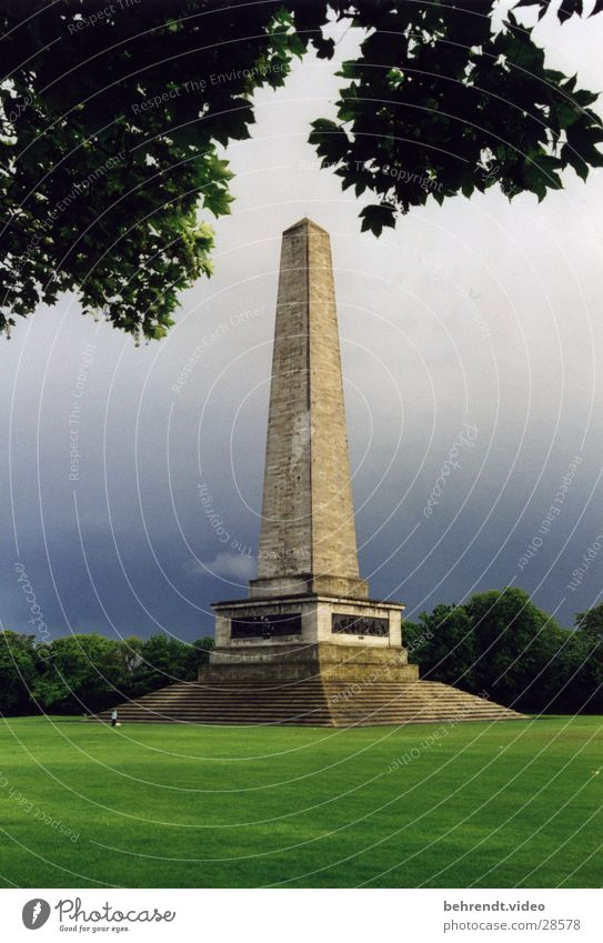Obelisk im Dubliner Stadtpark Park grün Bauwerk Wiese Baum Blatt Geometrie Republik Irland Rasen