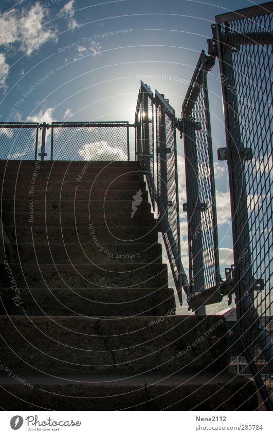 Himmelgang Wolken hoch blau Treppe Treppengeländer Treppenpfosten steil Sonne Farbfoto Außenaufnahme Detailaufnahme Strukturen & Formen Menschenleer