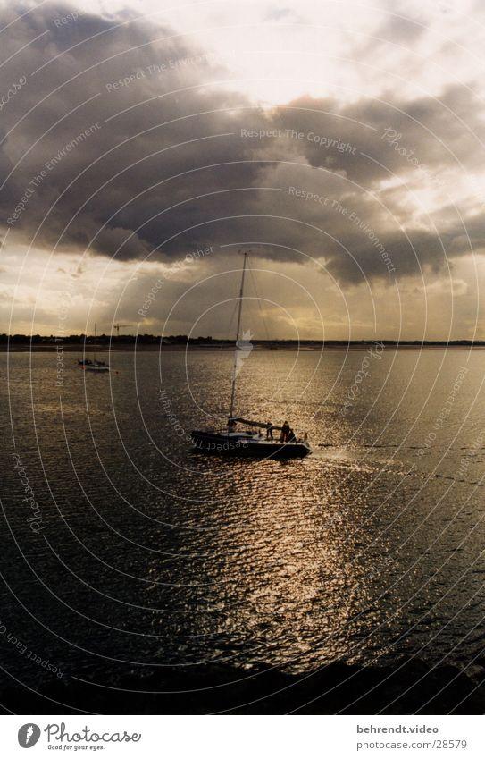 Segelyacht in der Abendsonne Sportboot Jacht Segelboot Segelschiff Meer Wolken Licht Stimmung Segeln Wasserfahrzeug Sonne Reflexion & Spiegelung Howth