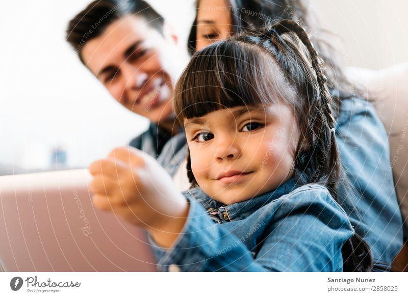 Glückliche Familie mit Tablette. Familie & Verwandtschaft Tablet Computer Eltern digital heimwärts Jugendliche benutzend Kind Bildung Liege sitzen heiter