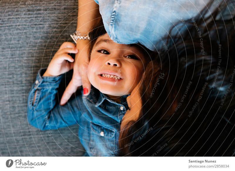 Glückliche Mutter mit ihrer Tochter. Familie & Verwandtschaft heimwärts Jugendliche Kind weiß Mensch Lifestyle-Mutter Umarmen Frau Eltern Küssen Porträt