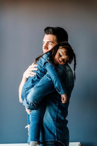 Der stolze Vater umarmt seine Tochter. Baby Tag Glück Fürsorge Umarmen umarmender Vater Jugendliche Porträt Mädchen Kind Stolz klein Mensch Hintergrundbild