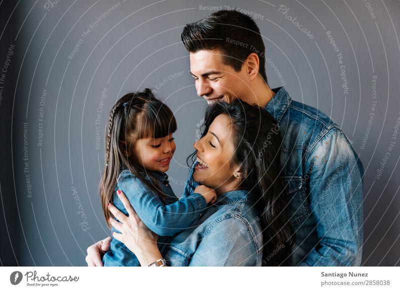 Glückliche junge Familie mit ihrer Tochter. Familie & Verwandtschaft heimwärts Jugendliche Kind weiß Mensch Lifestyle-Mutter Vater Umarmen Frau Eltern Porträt