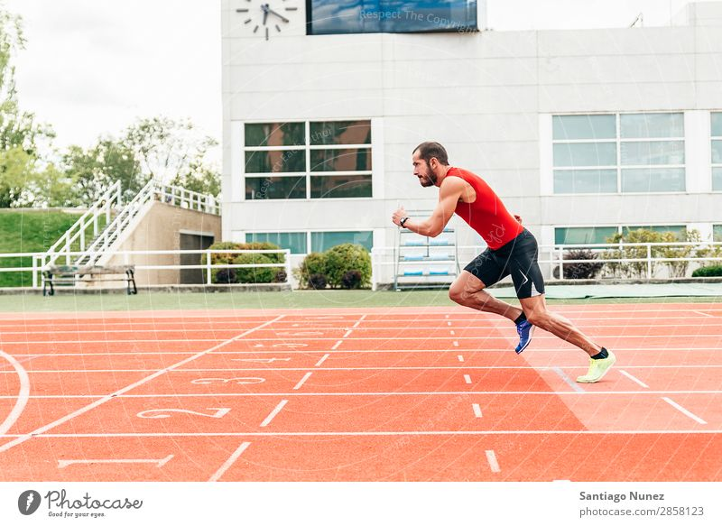Laufwagen betriebsbereit ist betriebsbereit Aktion Athlet Überprüfung Gerät üben Feld sportlich Fitness Hand gutaussehend Gesundheit Herz Jogger Beine Lifestyle
