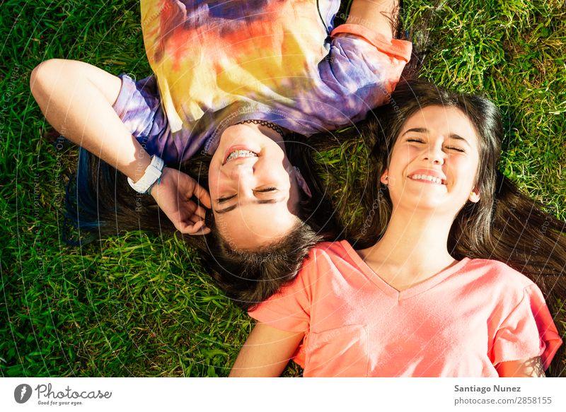 Wunderschöne Teenager-Mädchen haben Spaß im Sommerpark. Im Freien Halterung Kaukasier heiter Kind Tochter Frau Freundschaft Freude lustig Gras grün Glück