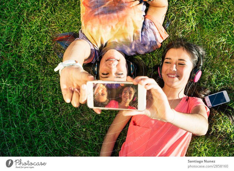Zwei Teenager-Mädchen nehmen Selfie In Park mit. Amerikaner attraktiv schön Kaukasier Solarzelle Handy Frau Freundschaft