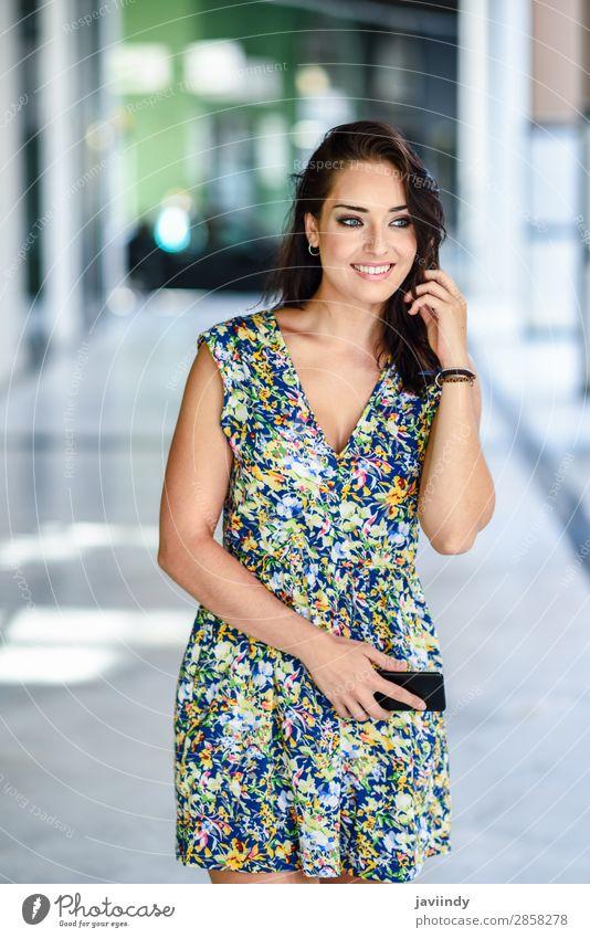 Junge Frau, die auf der Straße geht und ein Smartphone trägt. Lifestyle Stil Glück schön Haare & Frisuren Telefon PDA Technik & Technologie Mensch feminin
