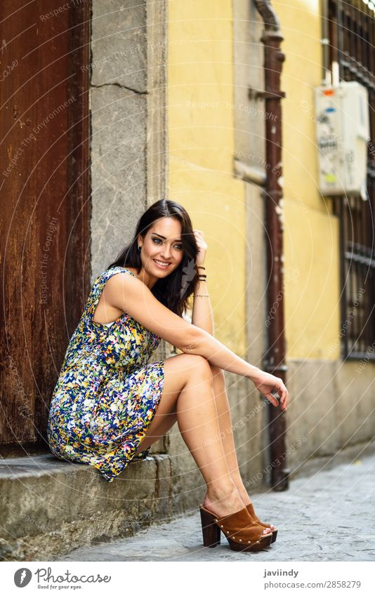 Mädchen mit blauen Augen lächelnd auf einer städtischen Stufe sitzend. Lifestyle Stil Glück schön Haare & Frisuren Sommer Mensch feminin Junge Frau Jugendliche