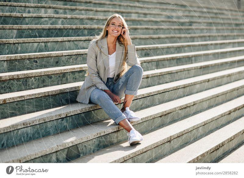 Schöne junge blonde Frau, die auf städtischen Stufen lächelt. Lifestyle Stil Glück schön Haare & Frisuren Mensch feminin Junge Frau Jugendliche Erwachsene 1
