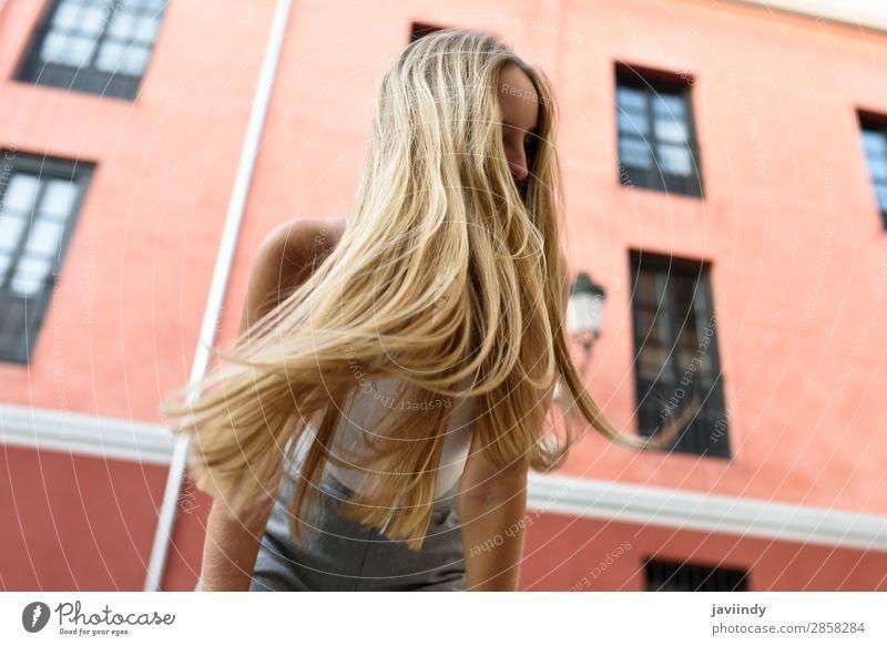 Glückliche junge Frau mit beweglichen Haaren im urbanen Hintergrund. Lifestyle elegant Stil schön Haare & Frisuren Sommer Mensch feminin Junge Frau Jugendliche