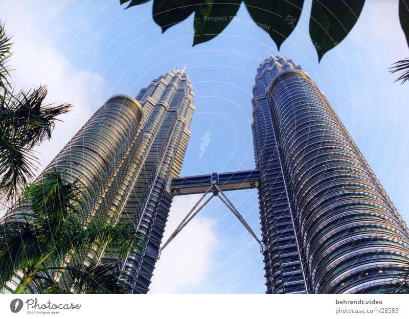 Petronas Towers Architektur Gebäude Hochhaus modern Brücke Niveau Stahl aufwärts Futurismus vertikal Bekanntheit Glasfassade Malaysia Stahlkonstruktion