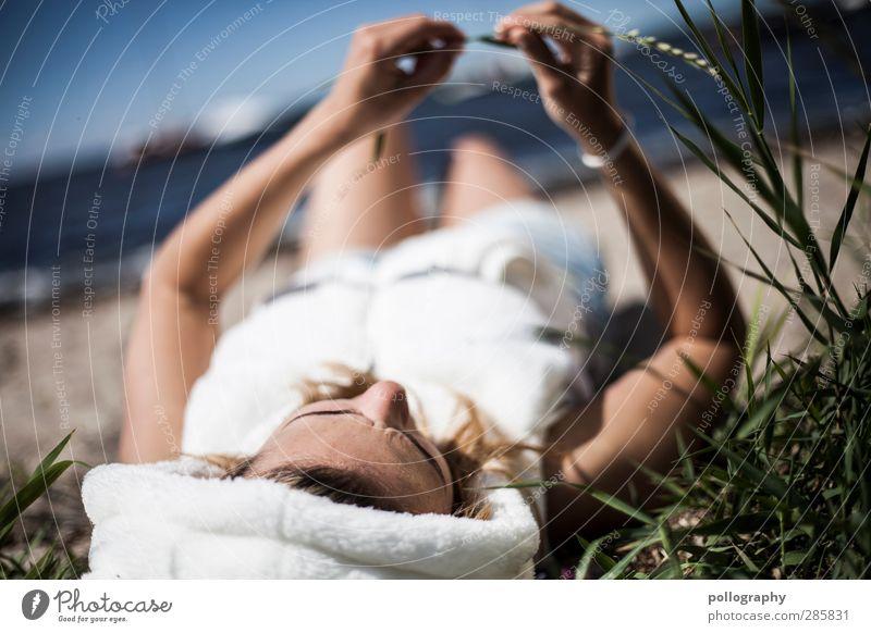 timeless (II) Mensch feminin Junge Frau Jugendliche Erwachsene Leben 1 18-30 Jahre Umwelt Natur Pflanze Wolkenloser Himmel Sommer Schönes Wetter Gras Sträucher