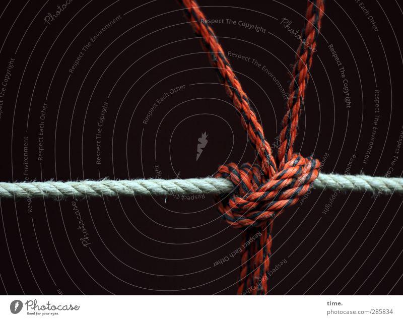 abgesichert Schifffahrt Binnenschifffahrt Seil Verpackung Knoten Knotenpunkt Kunststoff Netzwerk rot schwarz weiß Design Kraft Mittelpunkt nachhaltig Ordnung