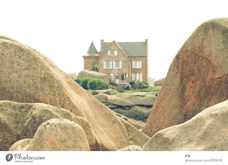 aussicht mit wohnung Natur Sommer Schönes Wetter Felsen Bretagne Cote de Granit Rose Haus Traumhaus Turm Architektur Landhaus Garten Fenster Tür hell bizarr