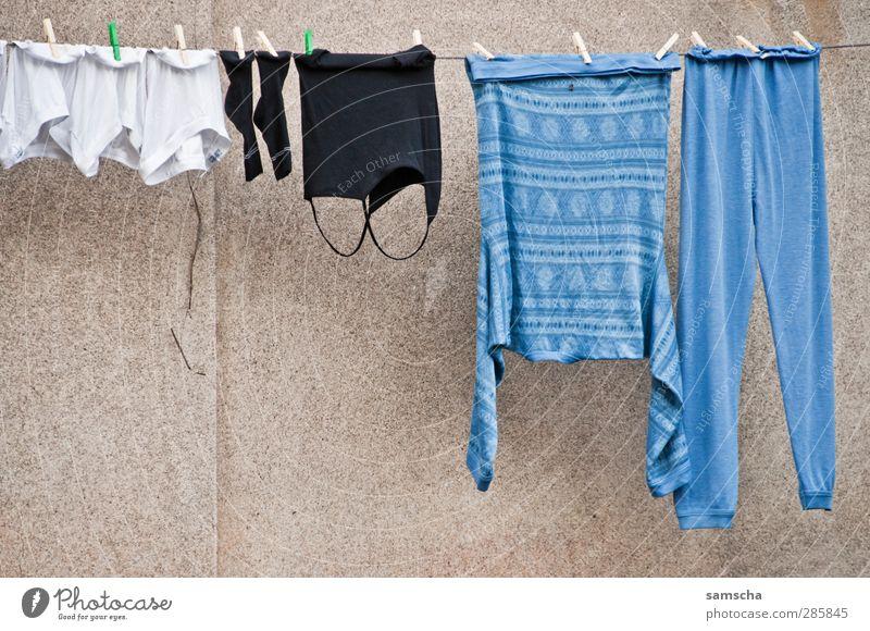 Trocknen Städtereise Häusliches Leben Dorf Stadtzentrum Haus Einfamilienhaus Mauer Wand Fassade Bekleidung T-Shirt Hose Pullover Unterwäsche hängen blau