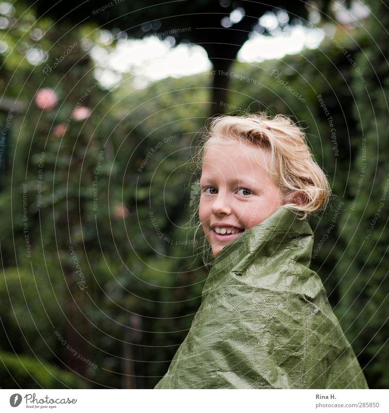 Catwalk II Mensch Kind grün schön Mädchen Freude Spielen Haare & Frisuren Garten Kindheit blond authentisch Lächeln niedlich Kreativität Kunststoff