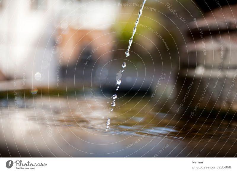 Strahl Wasser Wassertropfen nass Wasserstrahl Brunnen fließen Tropfen Wasseroberfläche Farbfoto Gedeckte Farben Außenaufnahme Nahaufnahme Detailaufnahme