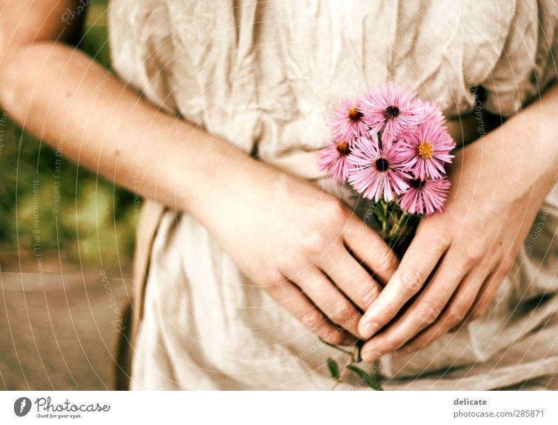 Blumenmädchen Körper feminin Frau Erwachsene Arme Hand Bauch 1 Mensch 18-30 Jahre Jugendliche Natur Pflanze Blüte Garten Park Kleid Blumenstrauß Duft Einsamkeit