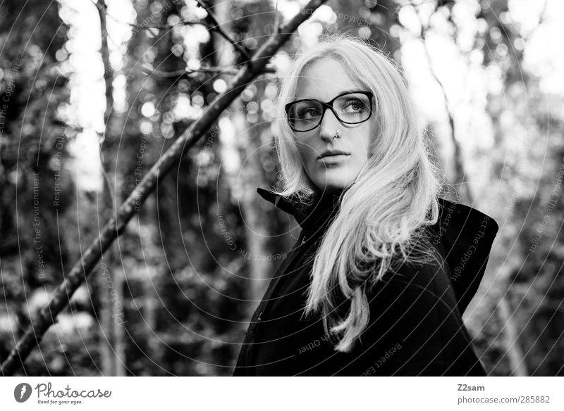 L. Mensch Natur Jugendliche Baum Einsamkeit Landschaft Erwachsene Junge Frau dunkel Herbst feminin Stil Mode 18-30 Jahre träumen natürlich