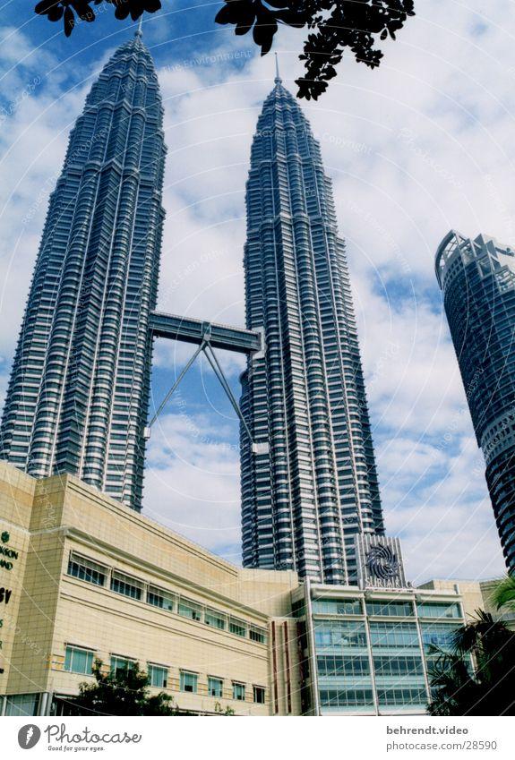 Petronas Towers mit Suria KLCC Petronas Twin Towers Malaysia Kuala Lumpur Stahl Gebäude Hochhaus Architektur Niveau Brücke Spitze aufwärts himmelwärts