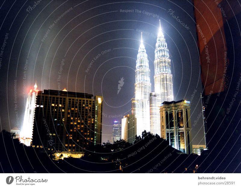 Petronas Towers bei Nacht (2) Architektur Gebäude Hochhaus Nacht Spitze Skyline erleuchten Asien Stadt Illumination Nachtaufnahme Malaysia Turmspitze Stadtlicht Petronas Twin Towers