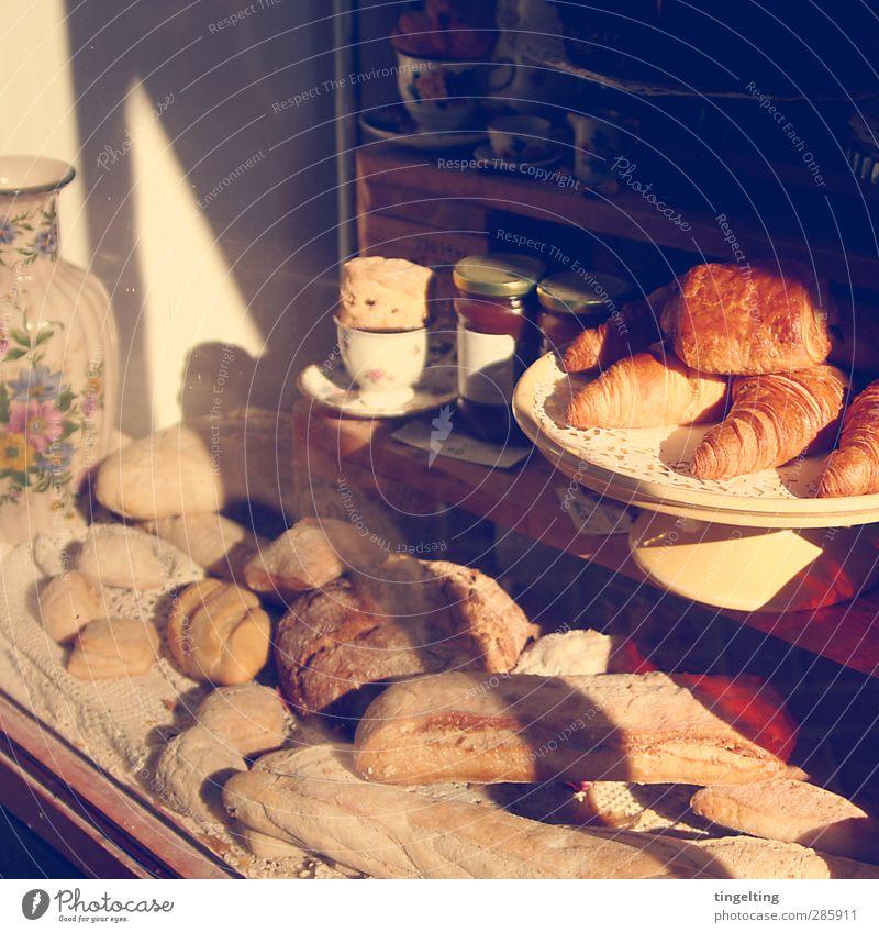 Feines. Lebensmittel Teigwaren Backwaren Brot Süßwaren Marmelade Essen Frühstück Fenster Duft authentisch lecker braun gelb gold Schaufenster Croissant