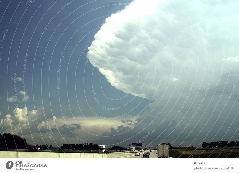 nichts wie weg! Himmel Natur blau weiß Wolken dunkel Bewegung grau PKW Angst gefährlich Urelemente bedrohlich fahren Zeichen Unwetter