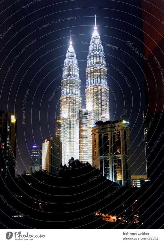 Petronas Towers bei Nacht (1) Architektur Gebäude Hochhaus Spitze Skyline erleuchten Illumination Nachtaufnahme Malaysia Turmspitze Stadtlicht