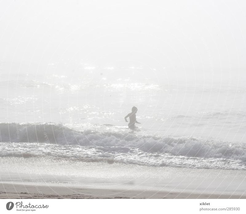 Mensch Kind Wasser Sommer Meer Strand Bewegung Küste Freiheit lustig Sand Schwimmen & Baden Körper Regen Kindheit Wellen