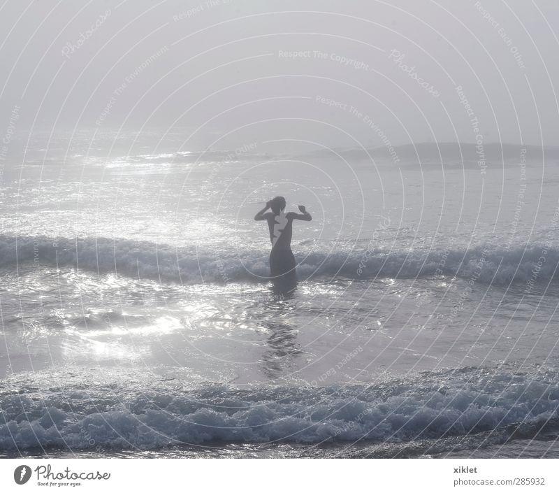Meer im Nebel Erholung Sommerurlaub Strand Wellen Wassersport Schwimmen & Baden tauchen Junger Mann Jugendliche Körper 1 Mensch Sand schlechtes Wetter Regen