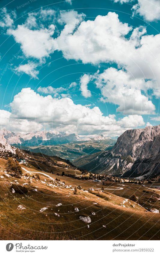 Wolken und Schatten in den Dolomiten mit Wiese III Zentralperspektive Starke Tiefenschärfe Sonnenstrahlen Sonnenlicht Lichterscheinung Silhouette Kontrast Tag