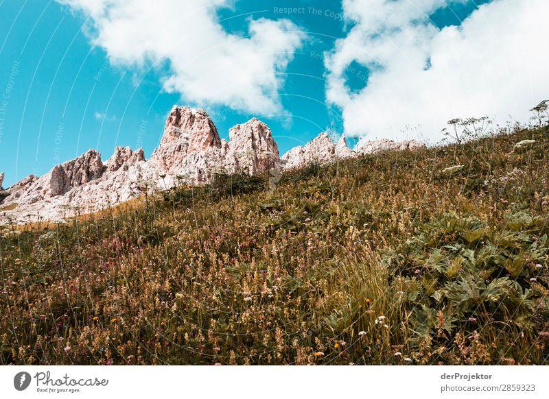 Wolken und Schatten in den Dolomiten mit Wiese II Zentralperspektive Starke Tiefenschärfe Sonnenstrahlen Sonnenlicht Lichterscheinung Silhouette Kontrast Tag