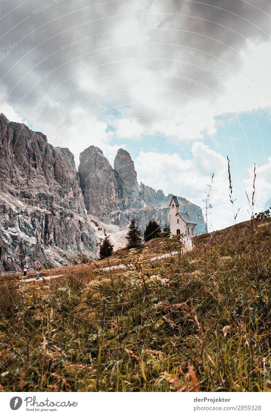 Wolken und Schatten in den Dolomiten mit Kirche II Zentralperspektive Starke Tiefenschärfe Sonnenstrahlen Sonnenlicht Lichterscheinung Silhouette Kontrast Tag